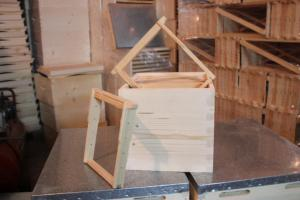 Maiting hive floor with frames